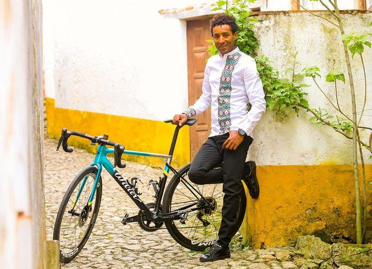 Sabias que há um ciclista da Astana a treinar e a viver em Portugal?