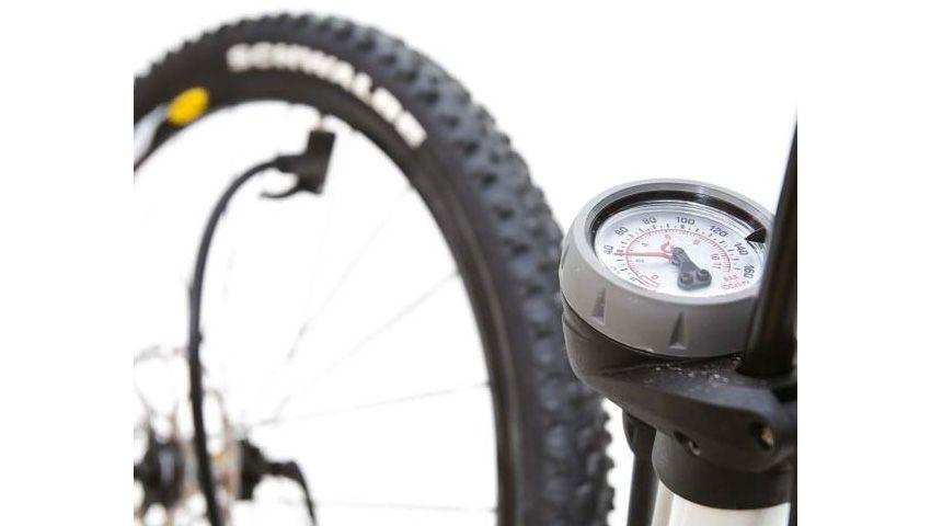 Tens o pneu descentrado? Segue estes passos e resolverás o problema