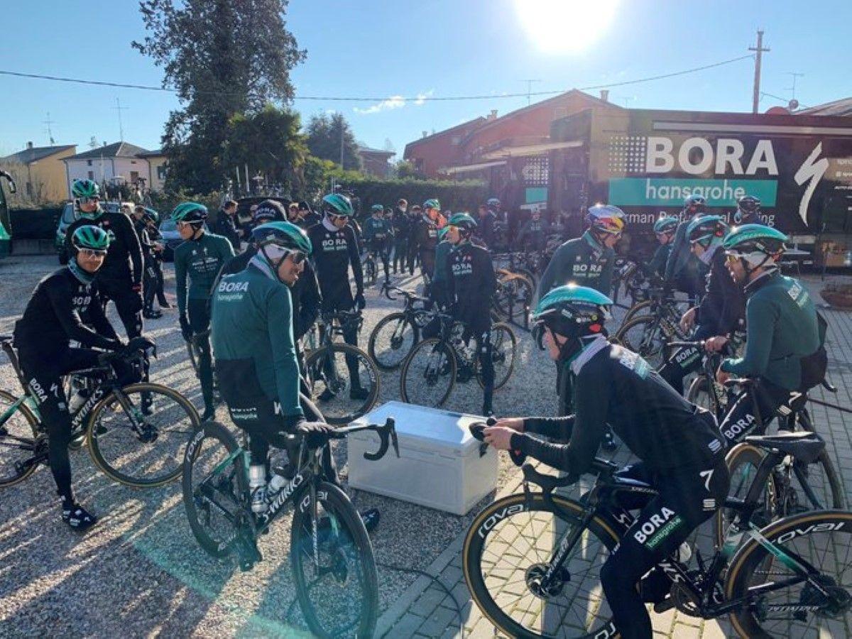 Vários ciclistas da Bora-Hansgrohe foram atropelados enquanto treinavam em Itália